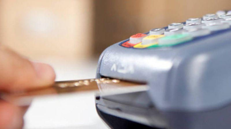 Juros do cartão de crédito atingiram 350,79% ao ano