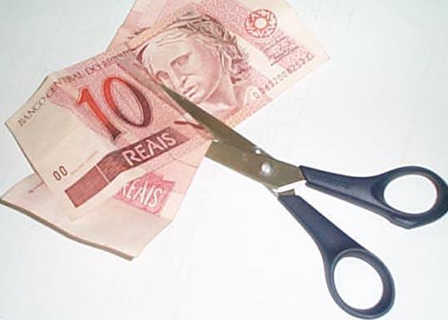Brasileiros estão economizando com roupas, lazer e alimentação