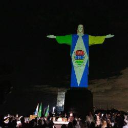 Cristo Redentor recebe as cores da bandeira de Itaguaí